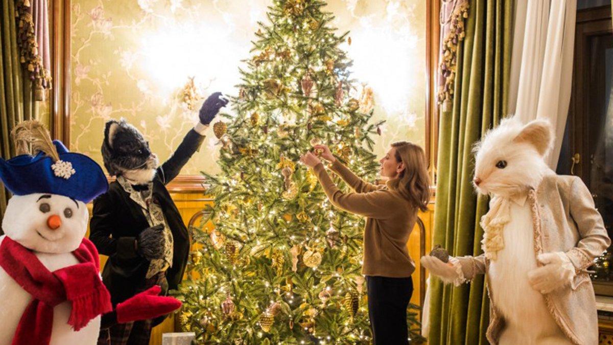 Олена Зеленська прикрасила новорічну ялинку: ефектне фото першої леді