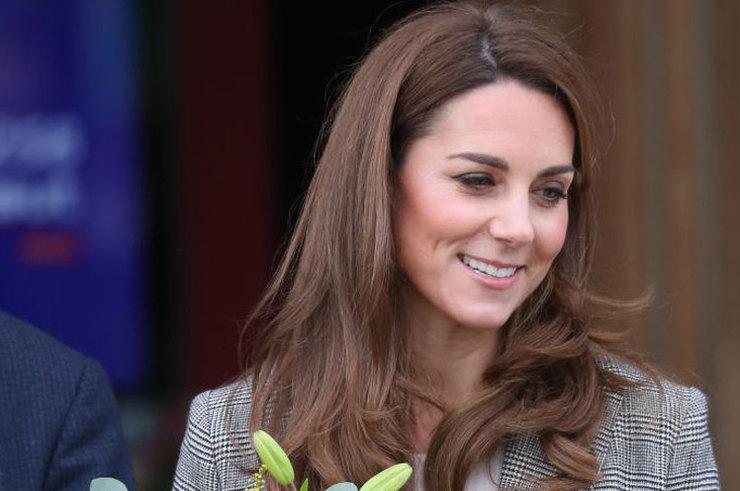 Яскраві брюки та діловий жакет: новий стильний вихід герцогині Кейт Міддлтон (фото)
